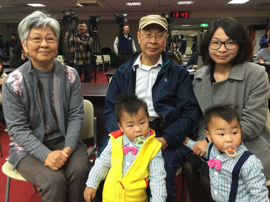 劉奶奶(圖左)去年抽血檢驗,發現為潛伏結核感染陽性,全家有6人一起服藥,預防結核...