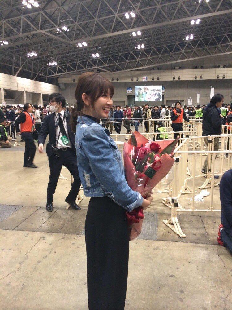 小嶋陽菜微笑看著現場不肯散場的粉絲。圖/摘自推特