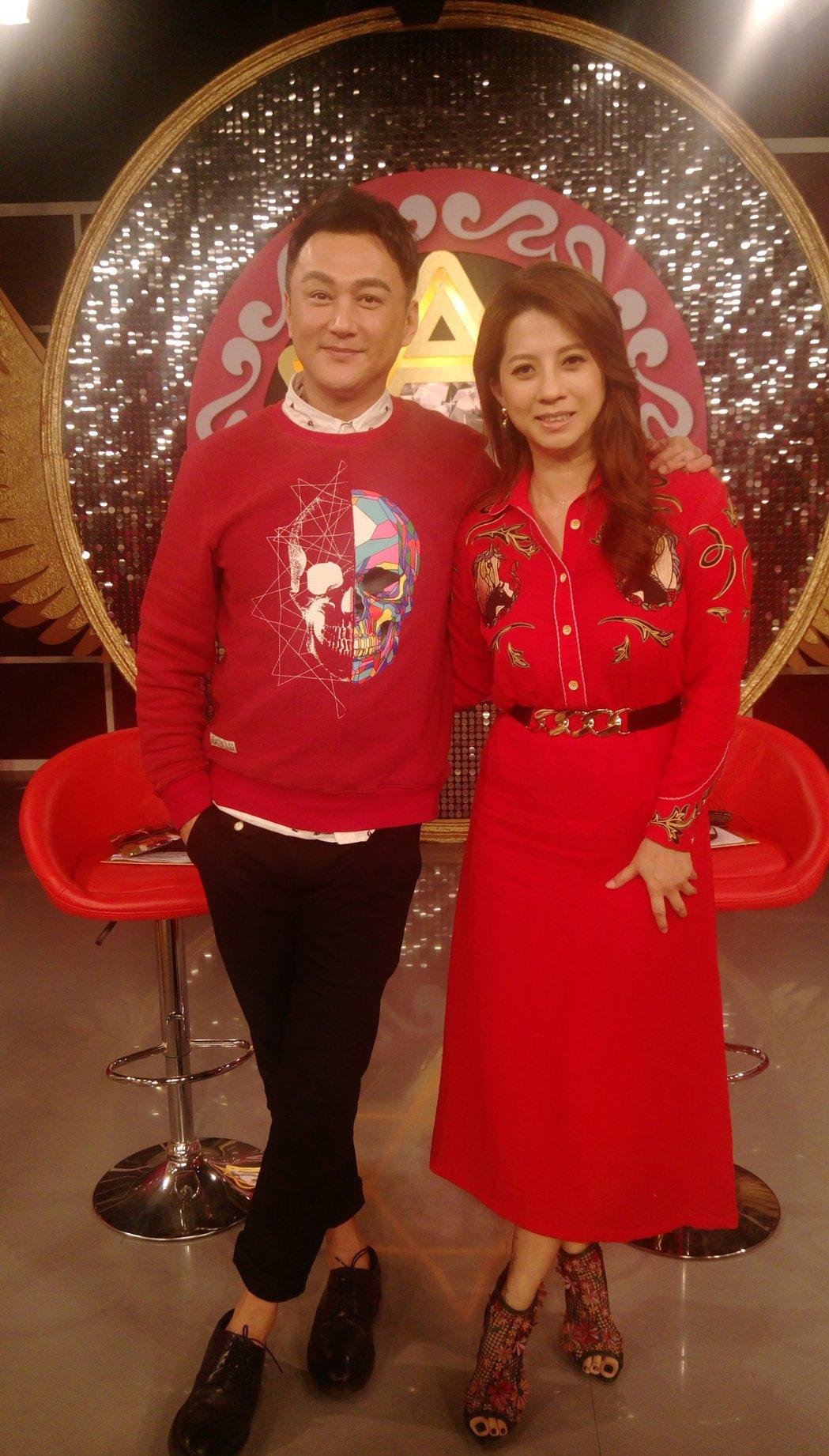 何篤霖(左)和郭靜純主持的JET「命運好好玩」換新布景。記者林怡秀/攝影