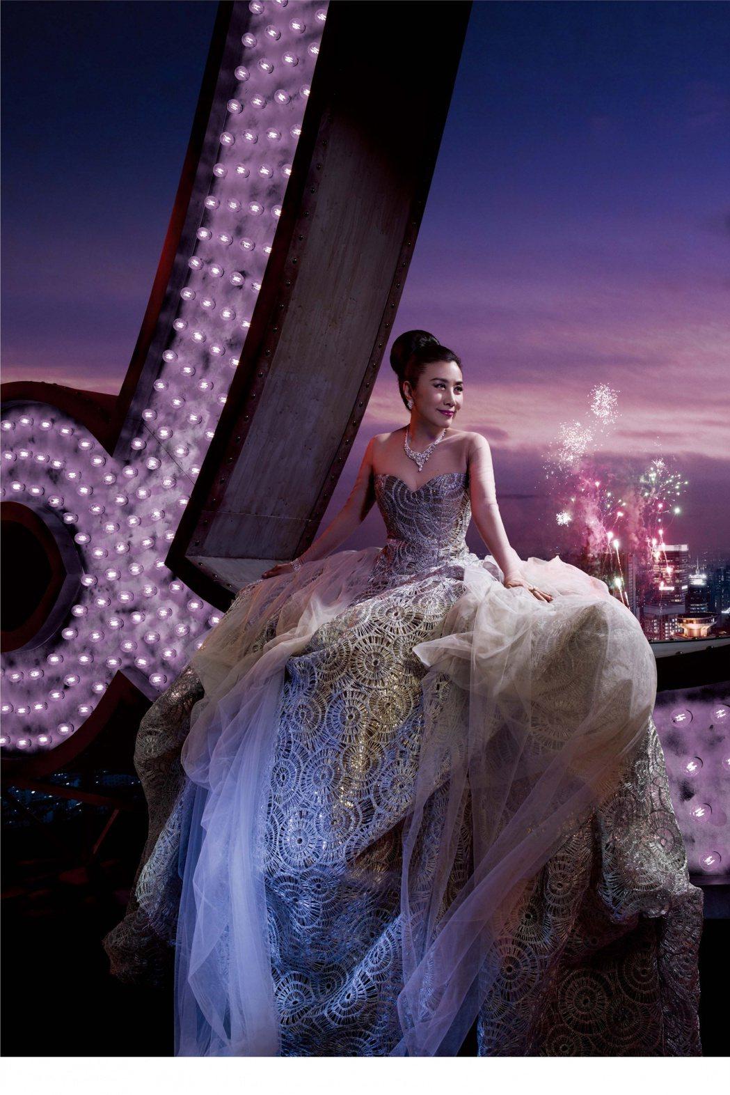 汪明荃在進入演藝圈50周年演唱會海報上華麗亮相。圖/摘自hk01