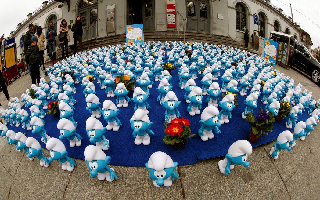 《藍色小精靈:失落的藍藍村》21日在瑞士日內瓦車站前舉辦造勢活動。路透