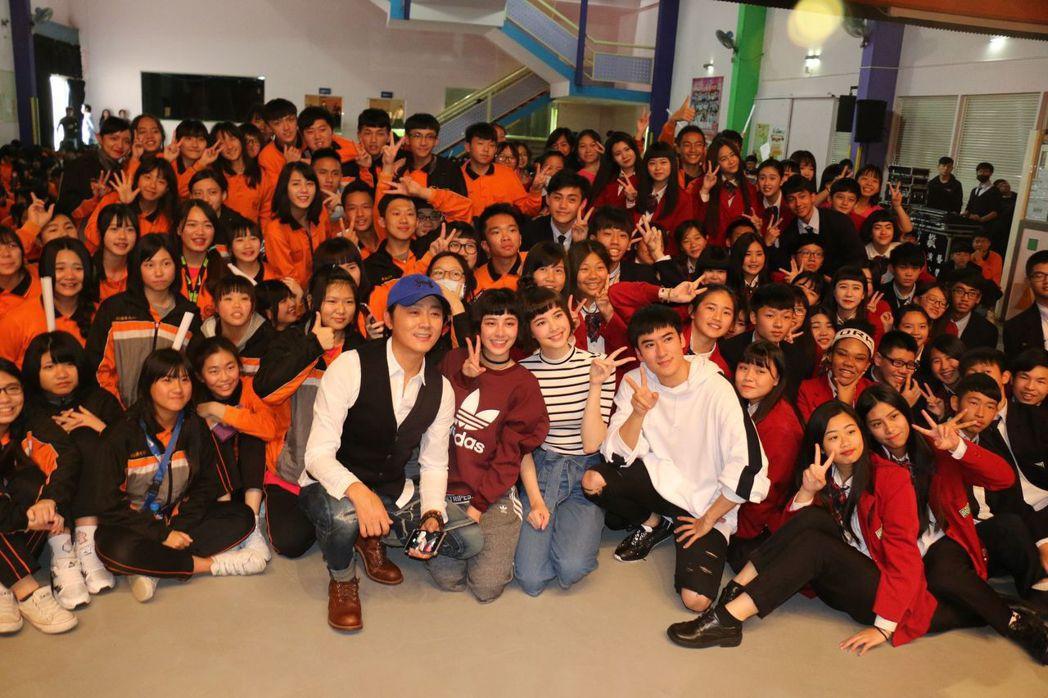 導演沈曉海(左起)、劉宇珊、金凱德、沈建宏出席「這些年那些事」校園試片會。圖/中...