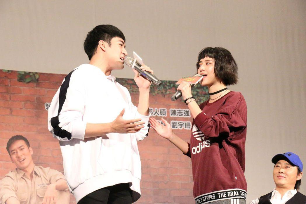 沈建宏、劉宇珊在校園試片會中合唱。圖/中天提供