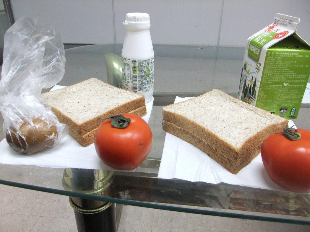 根據健康減重菜單,男性早餐(右)及女性早餐(左)各約只有300卡熱量。本報資料照...