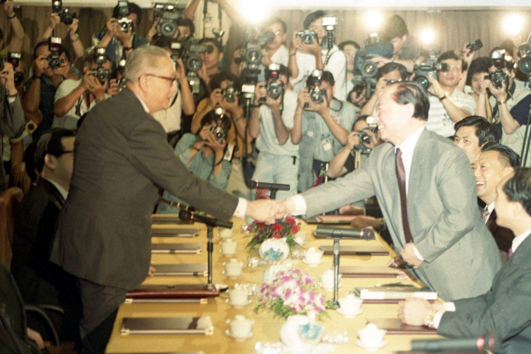 1993年辜汪會談第二次會議在海皇大廈舉行。圖為海基會董事長辜振甫(左)、海協會...