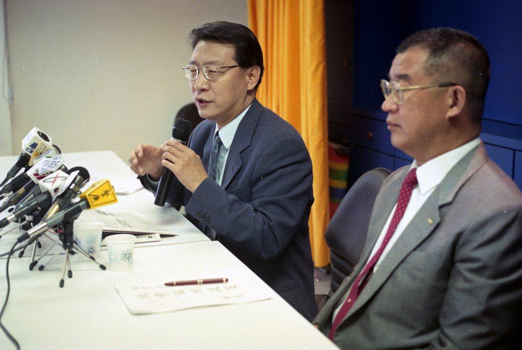 當年立委趙少康(左)、王建煊(右)曾連署提出「涉外關係締約法草案」。 本報資料照...