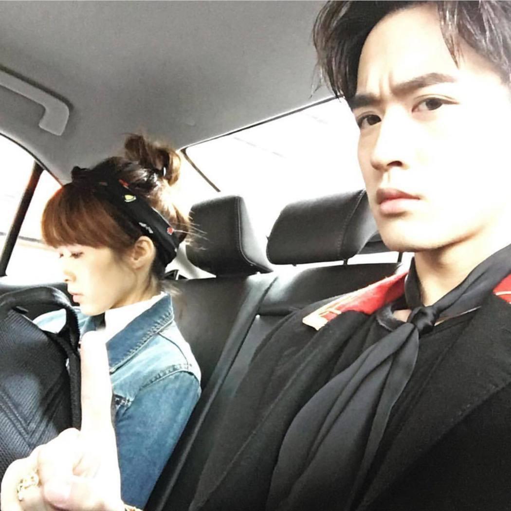 小樂(右)曾在臉書上分享偷拍經紀人的照片。 圖/擷自小樂臉書