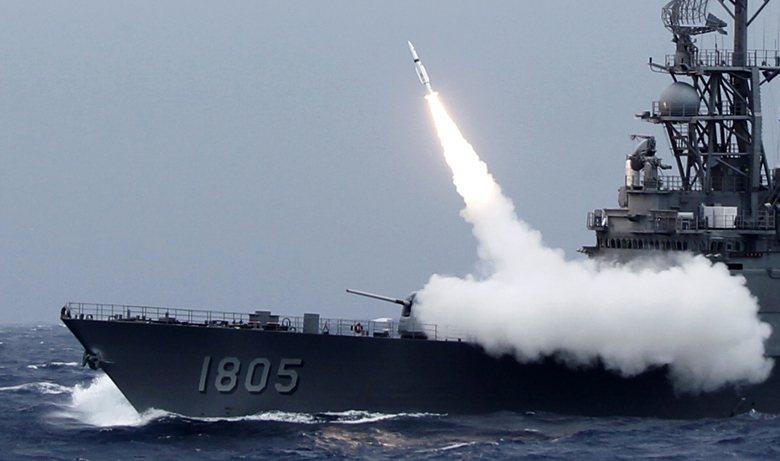 圖為紀德級驅逐艦發射地對空標準二型飛彈。 圖/美聯社