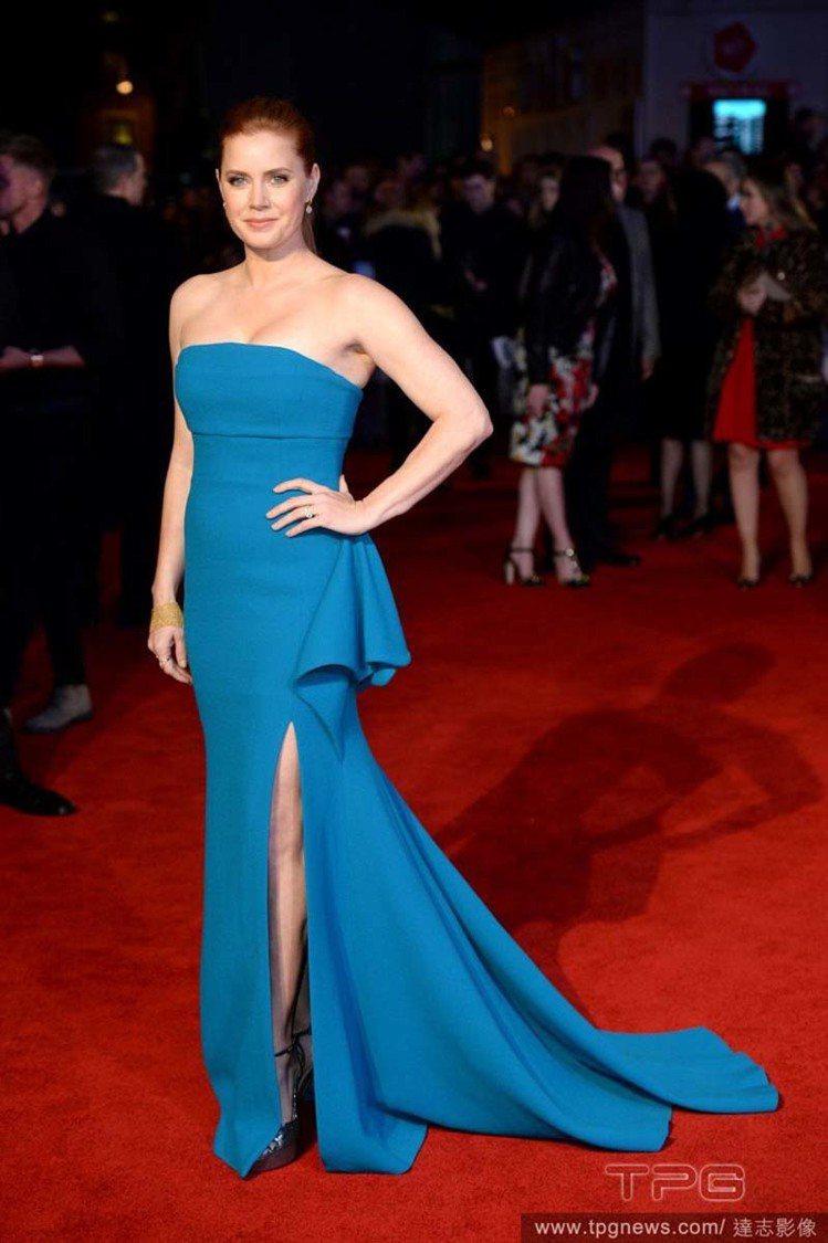 艾美亞當斯穿了Antonio Berardi訂製服,寶藍色的開衩禮服讓美腿若隱若...