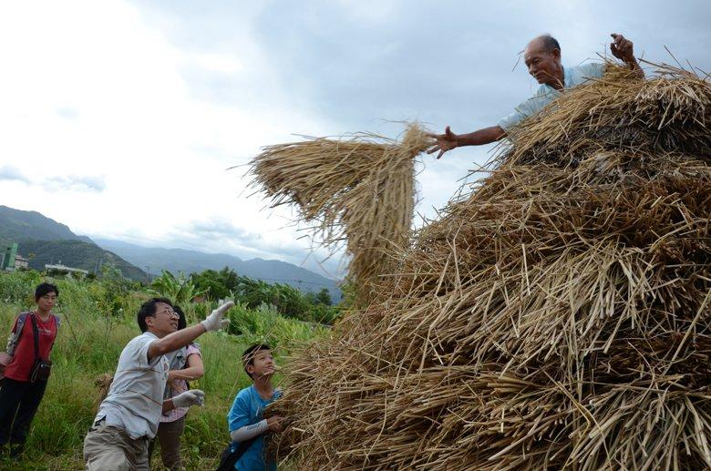賴青松仿效日本案例,以穀東俱樂部為名,以事前預訂,消費者為股東、耕作者是田間管理...