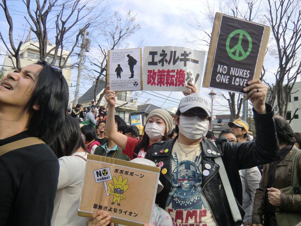 2011年4月10日 ,「素人之亂」在高圓寺以社群網路號召出上萬民眾上街反核。...