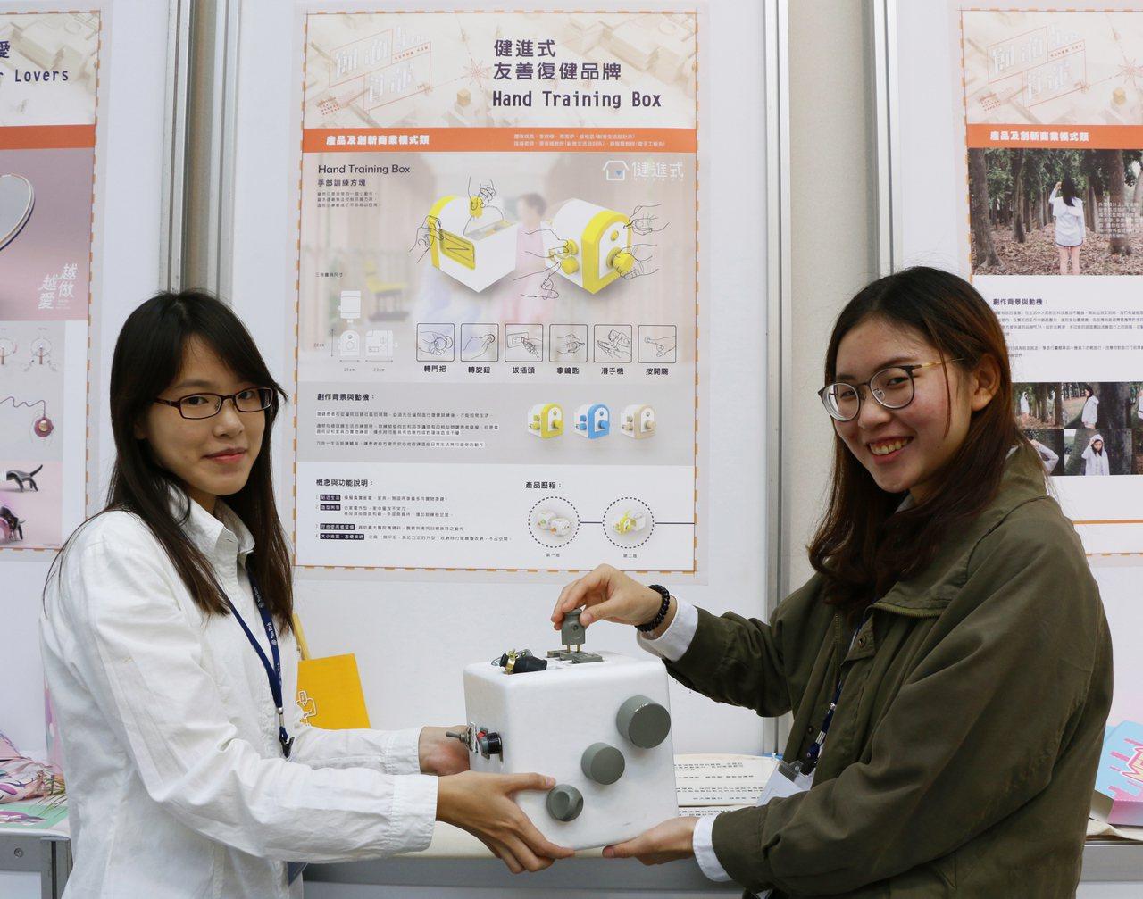 國立雲林科技大學師生團隊打造漸進式復健輔具,已獲成大醫院使用,為長照復健患者帶來...