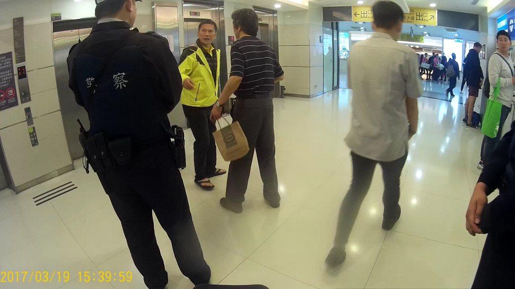 李永得穿拖鞋搭曳地長褲,慘遭警方盤查。圖/擷自警方畫面