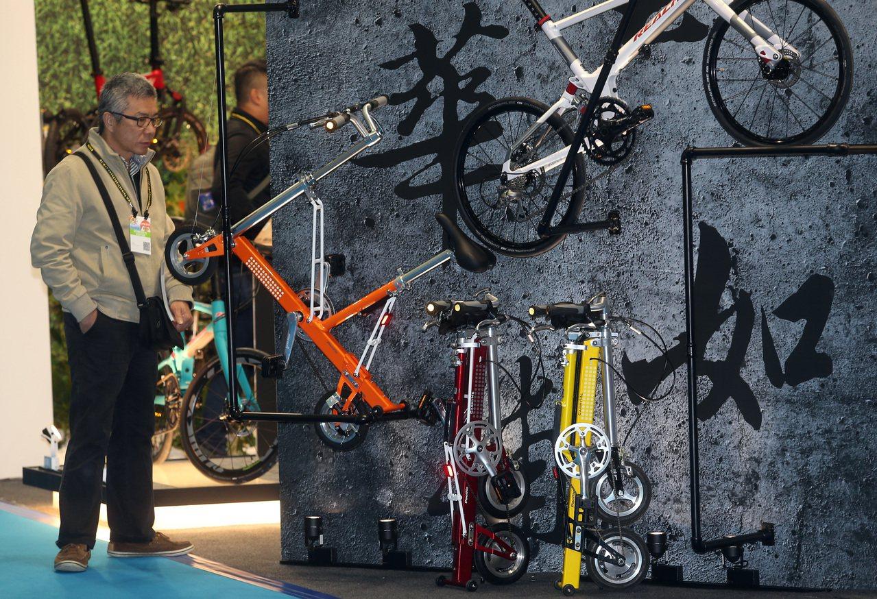 台北國際自行車與台北國際體育用品展上午同步於南港展覽館及世貿一館兩地展開。記者曾...