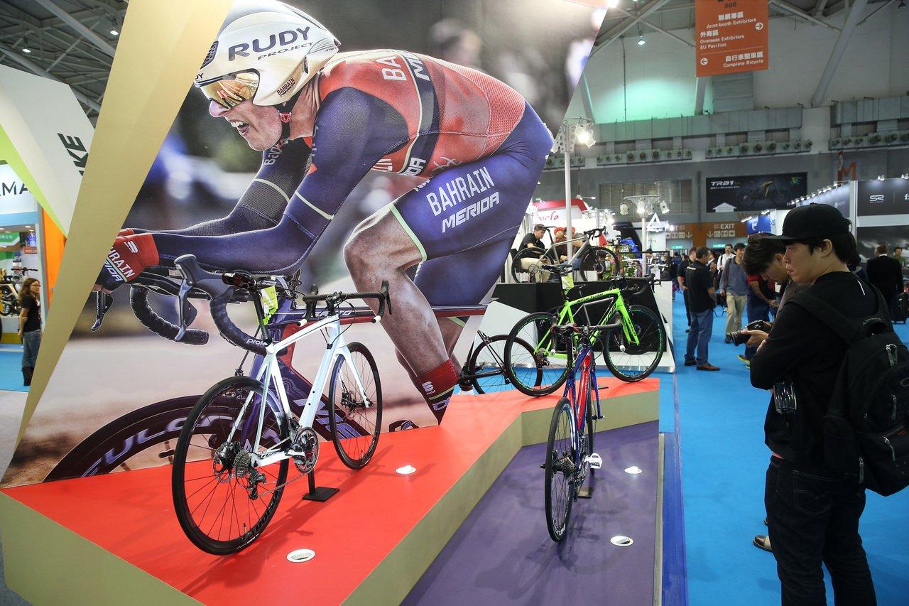 台北國際自行車與台北國際體育用品展上午同步於南港展覽館及世貿一館兩地展開,共吸引...