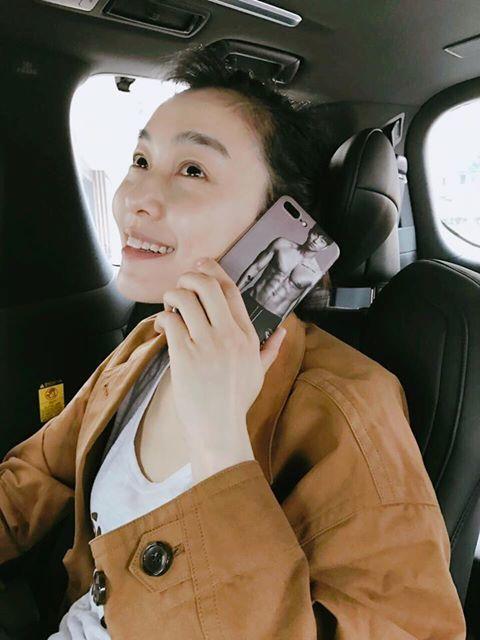 范范開心炫耀孔劉手機殼。圖/摘自范范臉書