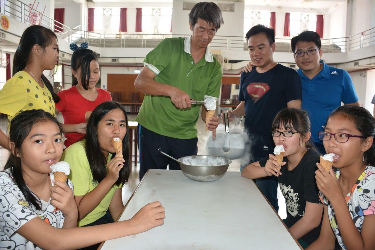 台南市山上國中老師今天到山上國小舉辦「液態氮」課程, 10分鐘變出美味冰淇淋。記...