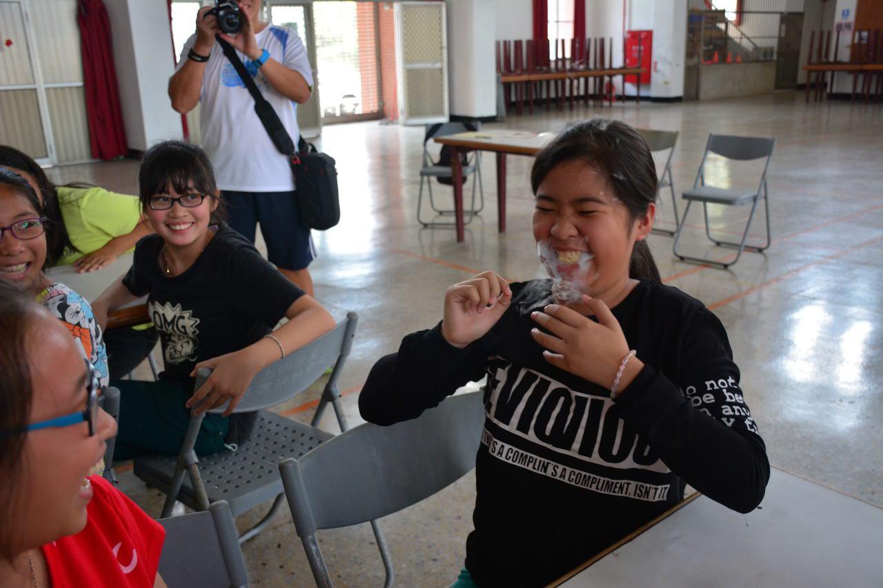台南市山上國中老師今天到山上國小舉辦「液態氮」課程, 小朋友含著泡過液態氮的「乖...