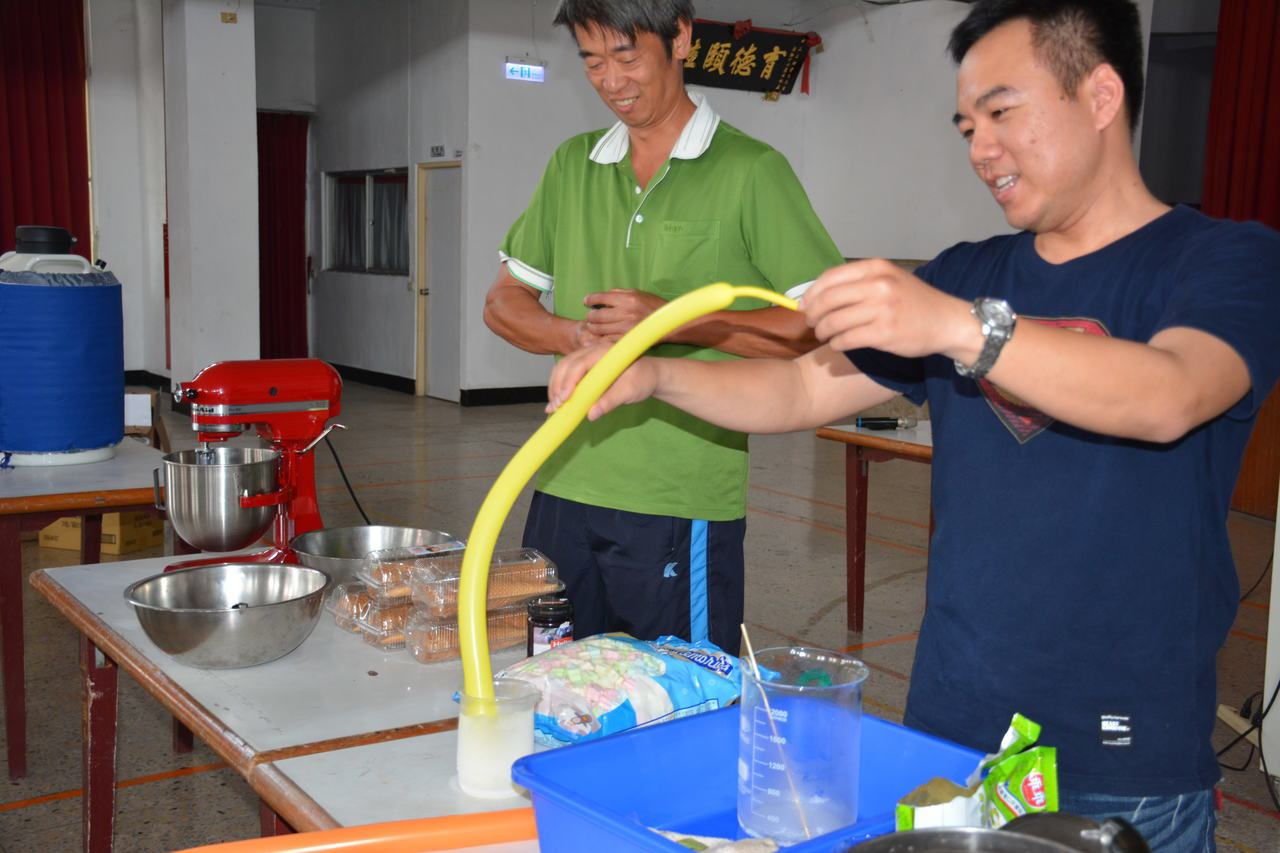 台南市山上國中老師今天到山上國小舉辦「液態氮」課程,讓學生大開眼界。記者吳淑玲/...