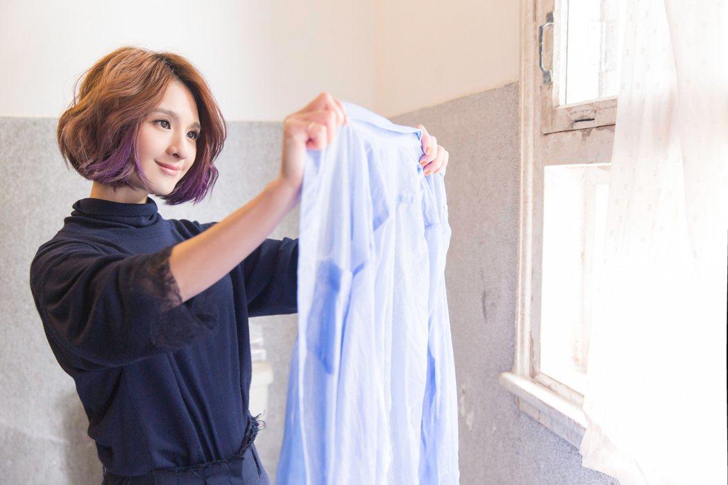 郭靜在MV中變家政婦。圖/福茂提供
