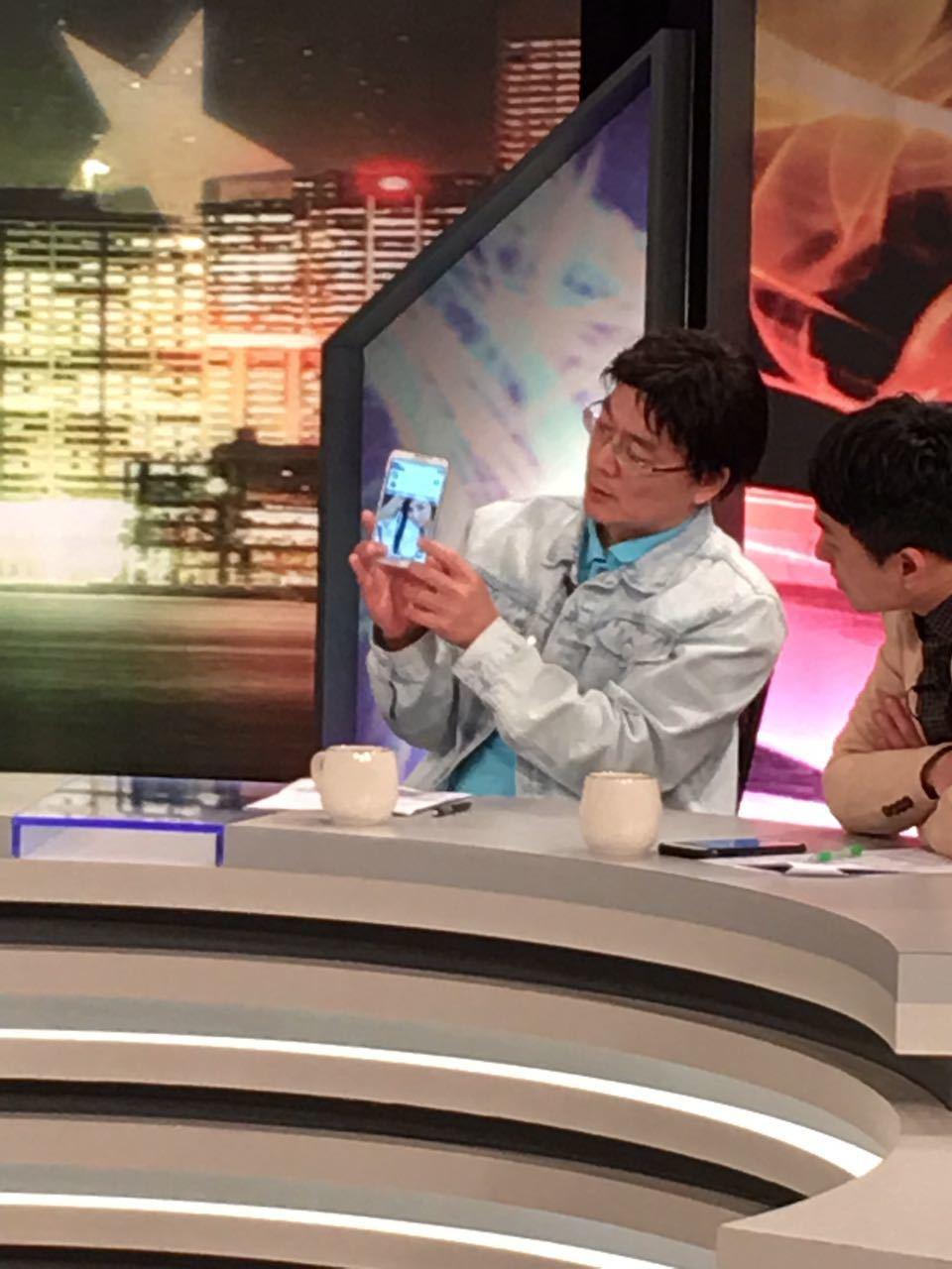 戴發奎在節目上秀出和海倫清桃同遊東京的照片。圖/JET提供