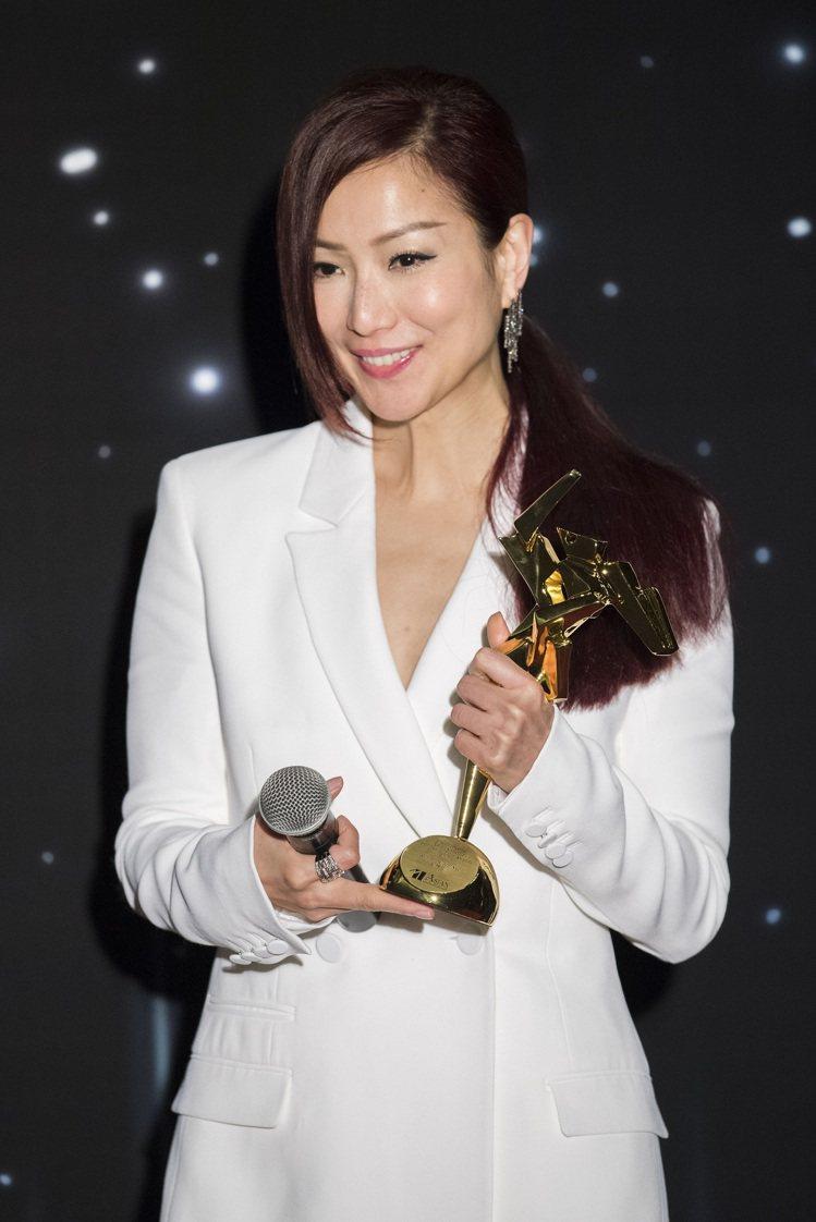 鄭秀文一身白色西裝,配戴海瑞溫斯頓珠寶出席第11屆亞洲電影大獎。圖/Harry ...