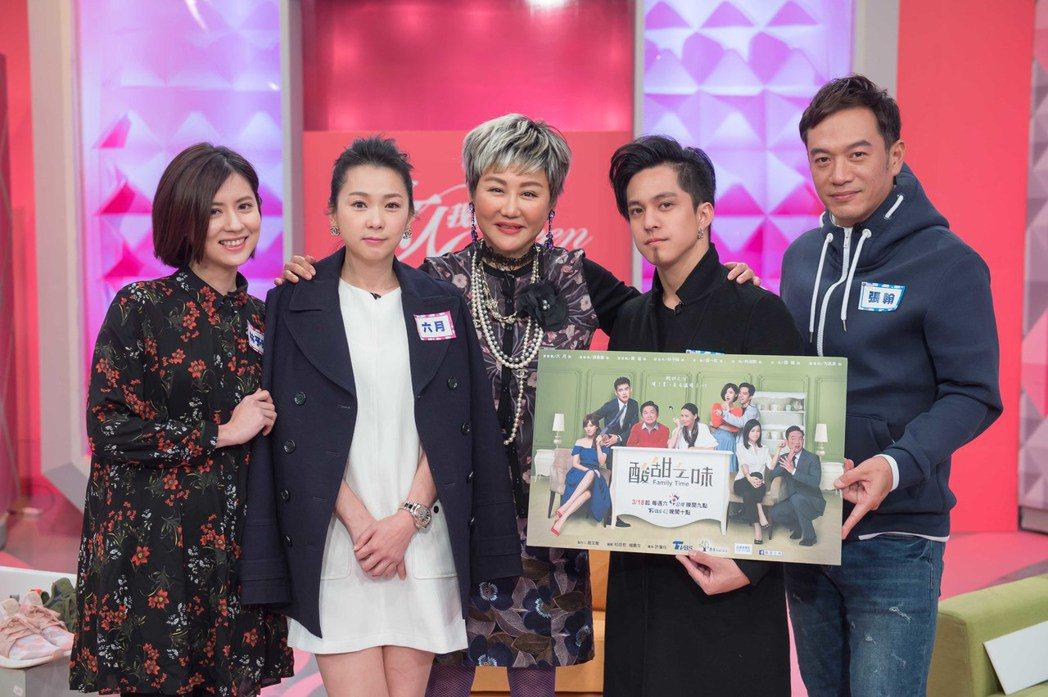 六月(左二)、黃遠(右二)、林予晞(左一)、張翰(右一)至「女人我最大」宣傳「酸