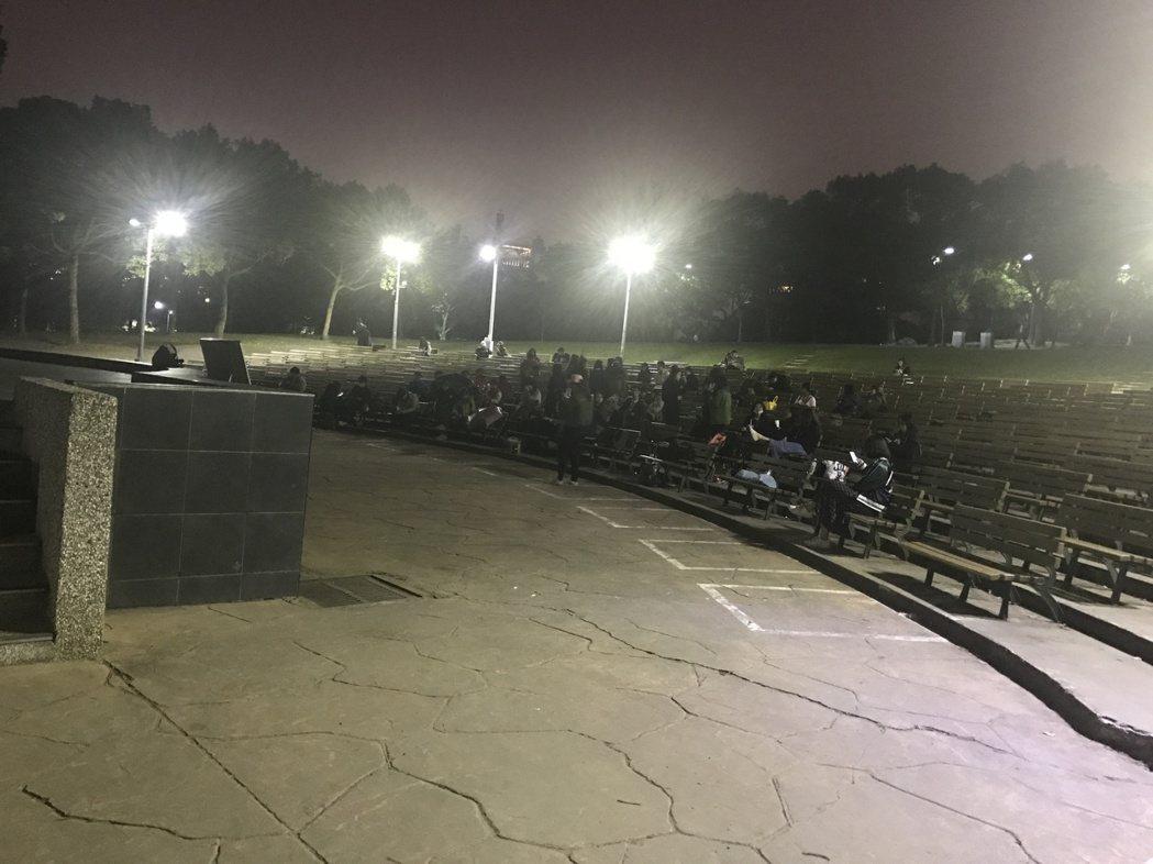 22日晚上8點,現場已有不少人排隊。記者梅衍儂/攝影