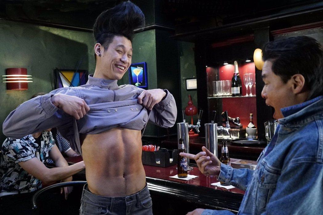 林書豪再度客串「菜鳥新移民」,頂著怪髮型露出腹肌。圖/FOX提供