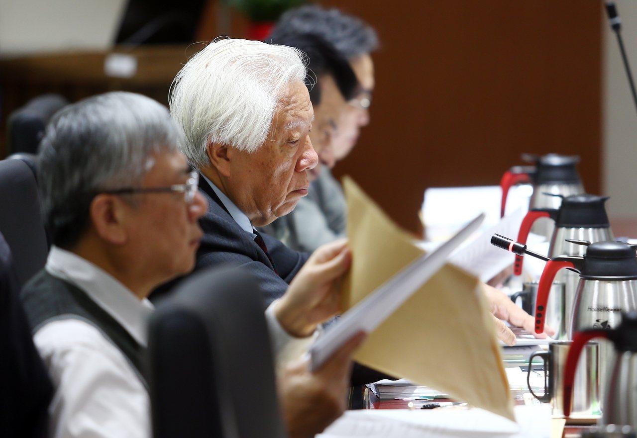 司改會國是會議昨天在廉政署舉行第三分組會議,本次會議由瞿海源(左二)擔任召集人。...