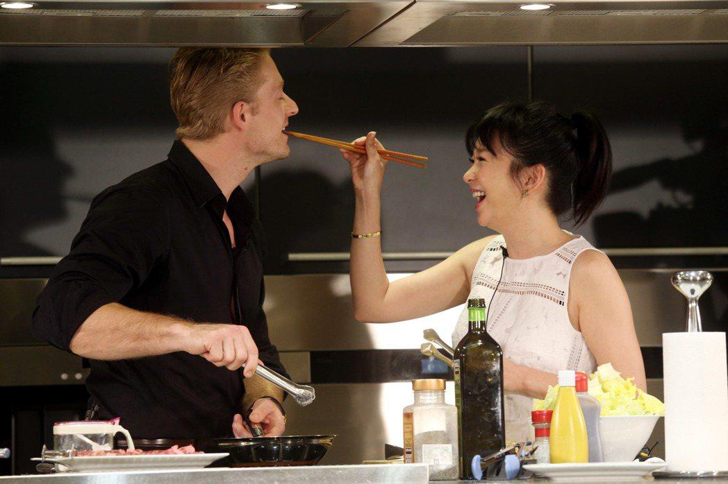 六月(右)、法比歐(左)親自下廚作西餐給粉絲吃,六月餵法比歐試吃。記者邱德祥/攝...