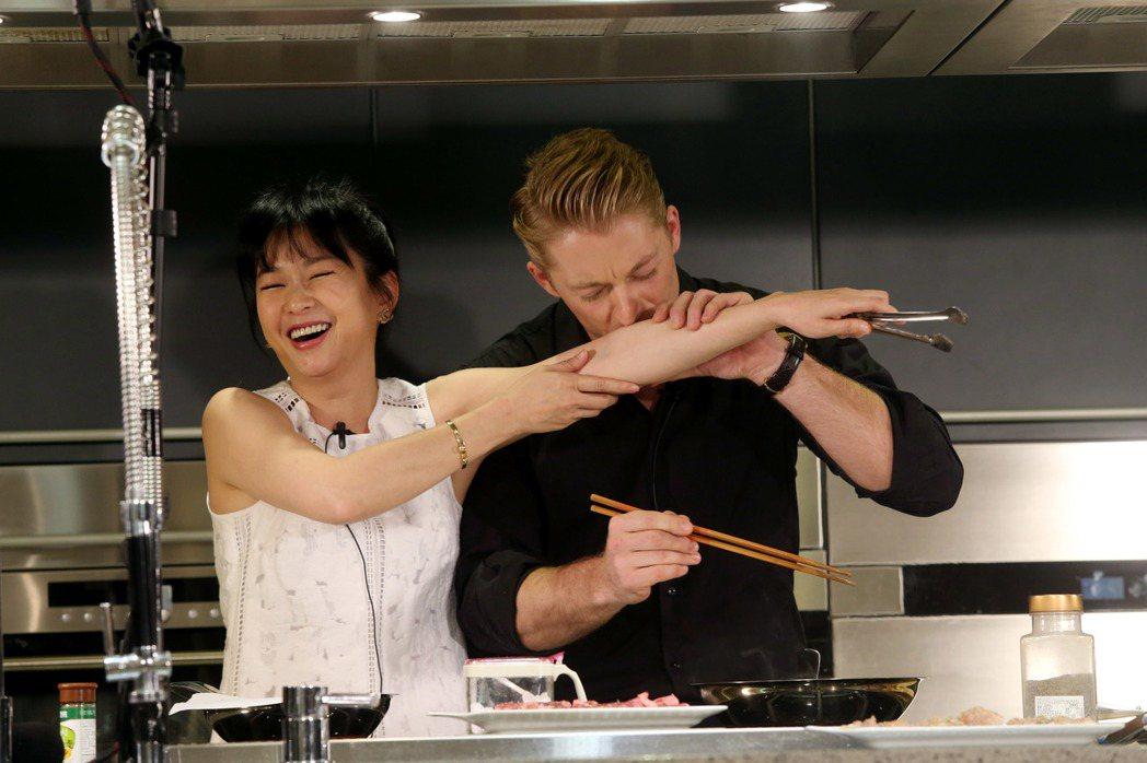 六月(左)、法比歐(右)親自下廚作西餐給粉絲吃,六月在作菜時一度被油濺到手臂,向...