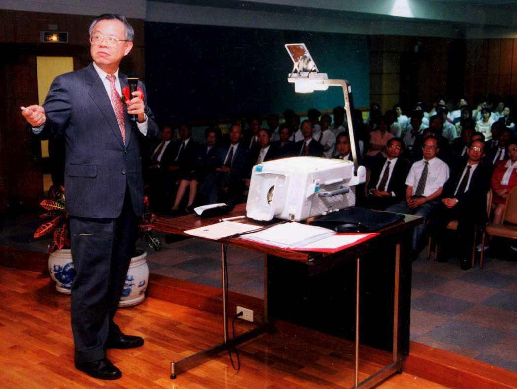 一九九八年亞洲金融風暴時,央行總裁彭淮南也自己操作投影機,向台灣銀行主管和行員說...