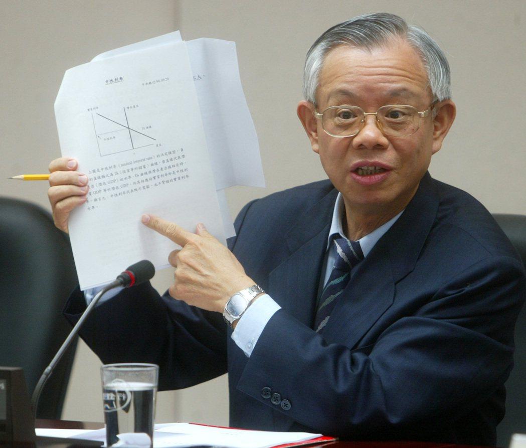 每次央行理監事會後,央行總裁彭淮南都會舉行記者會對外說明,經常拿出一本厚厚的資料...