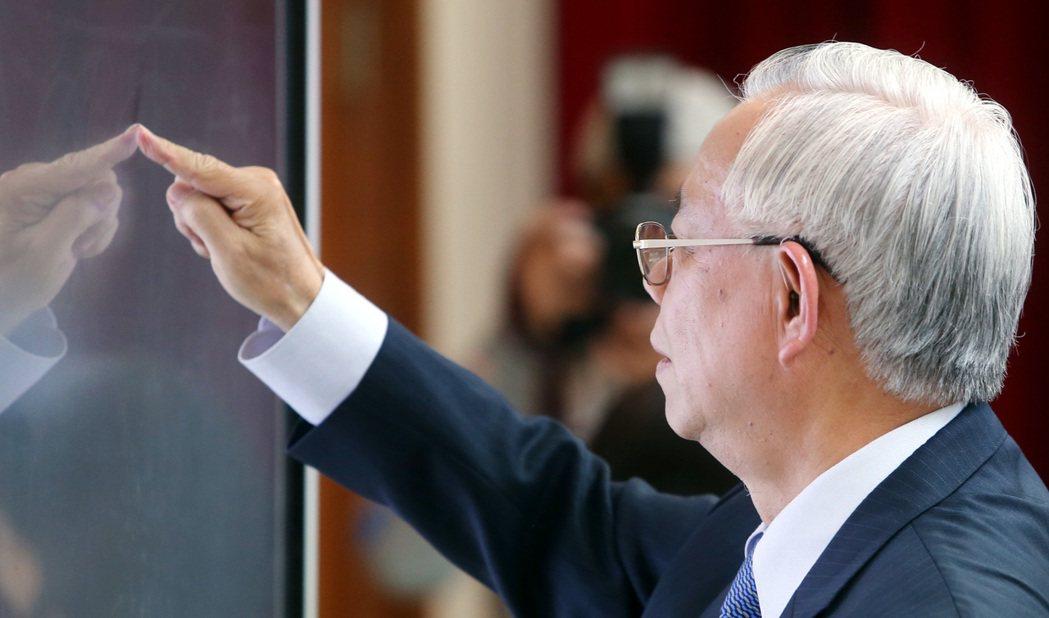 央行總裁彭淮南曾在理監事會後的記者會中,以手指在液晶螢幕上書寫。 本報資料照片