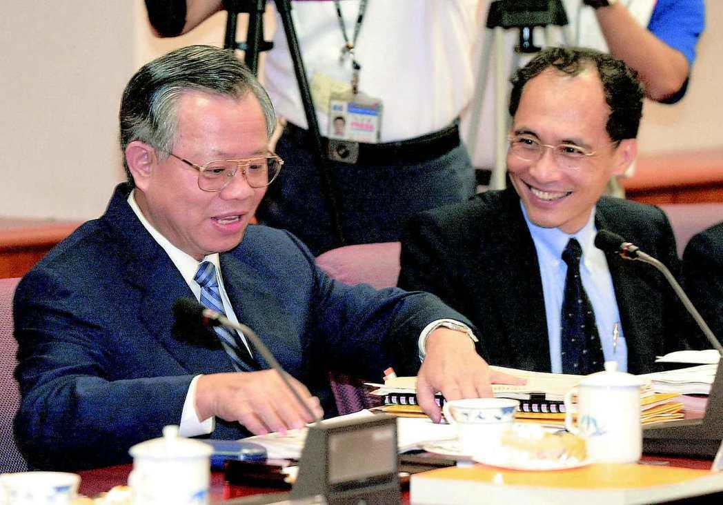 行政院院長林全(右)在十七年前擔任過主計長,當時出任央行監事會主席,會議進行前,...