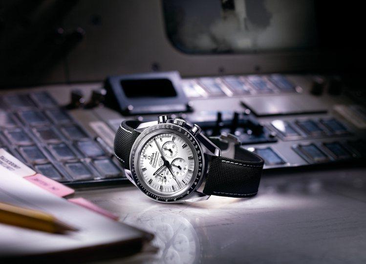 歐米茄超霸阿波羅13號銀色史努比獎章腕錶。 圖/各業者提供