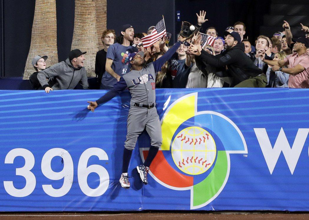 美國隊外野手瓊斯在8強賽沒收金鶯隊友馬恰多的全壘打,成為本屆經典賽亮點之一。 美...