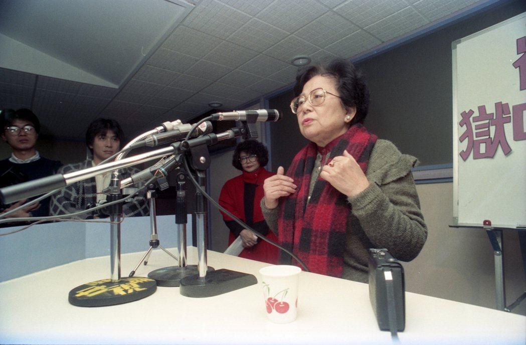 崔小萍(右)出版「獄中日記」,總結她的十年牢獄生活。 圖/聯合報系資料照