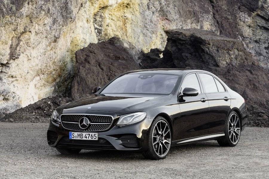 進入 W213 世代的 E-Class 具有半自動駕駛輔助系統,對長時間於高速公路值勤的警察來說相當便利。圖為 Mercedes-AMG E43 Sedan。 摘自 Mercedes-Benz