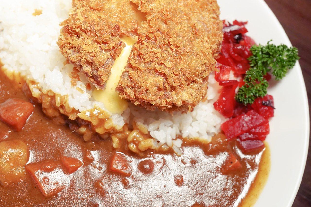 日式咖哩還有一項很重要的特色,配菜:福神漬(右側紅色)。 圖/Shutterst...