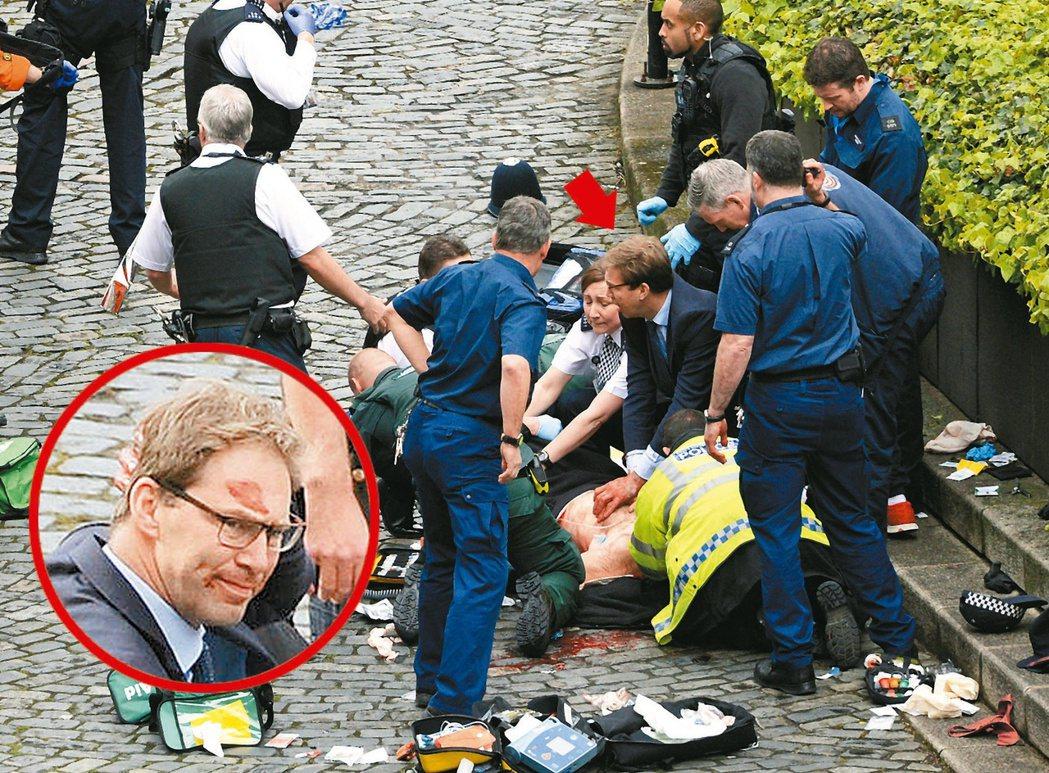 凶嫌在國會廣場行凶,議員艾伍德(箭頭處)抵達被刺員警身邊,為員警壓止血、口對口復...
