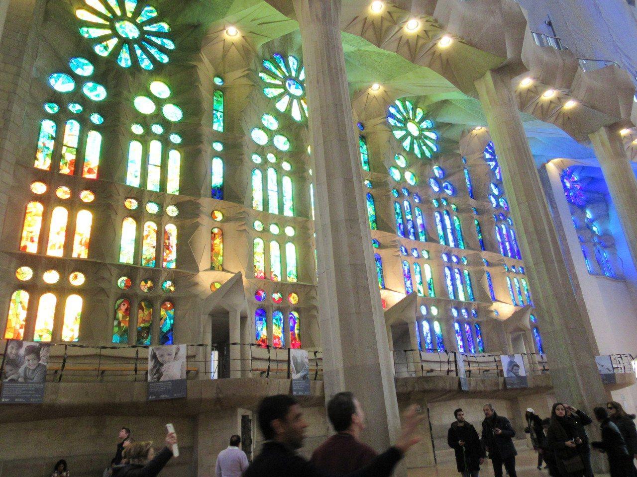 聖家堂內部光線明亮,遊客在教堂內就可透過圖案讀到聖經內故事。特派記者蕭白雪/攝影