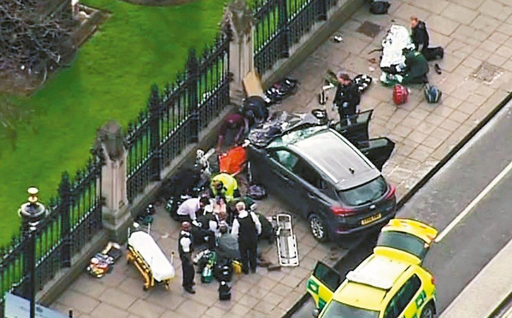 英國國會大廈外22日下午發生恐攻,一名男子駕駛休旅車在西敏橋衝撞行人,造成4人死...