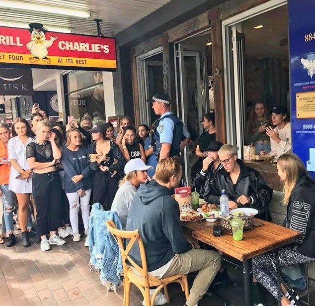 小賈斯汀(Justin Bieber),最近到澳洲舉辦演唱會,當中趁著空檔到餐廳...