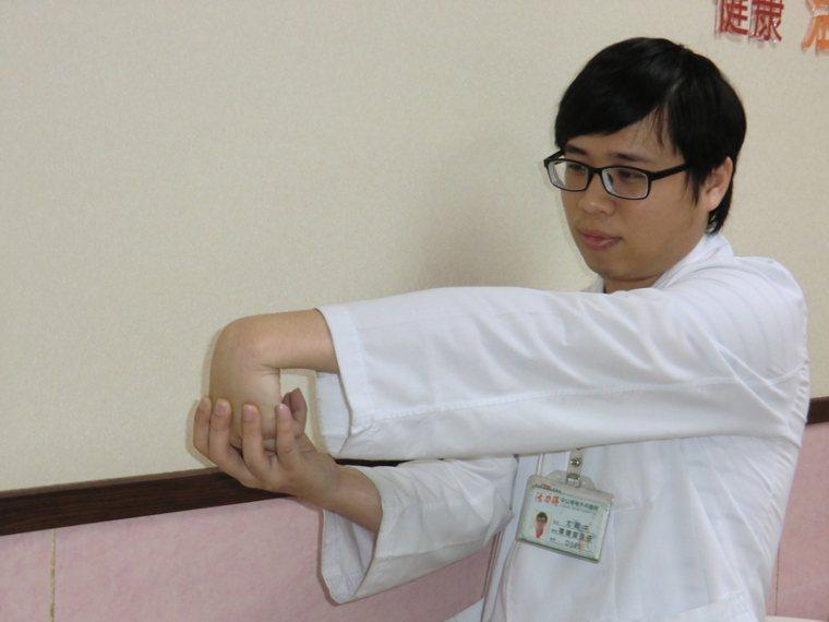 運動治療第1招:肌力伸展:手臂伸直,手掌朝下,握成拳頭,手腕朝下,試著用另一手將...