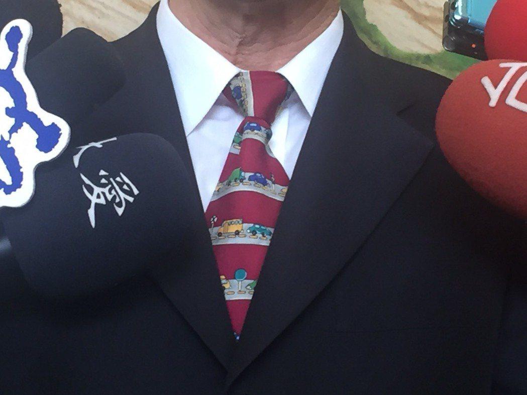 交通部長賀陳旦今出席前瞻基礎建設記者會時特別打上車子圖案的領帶。記者侯俐安/攝影