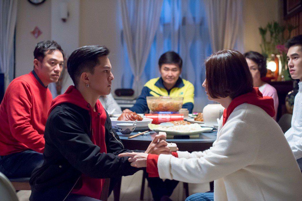 黃遠(左)劇中當著家人的面向林予晞求婚。圖/TVBS提供