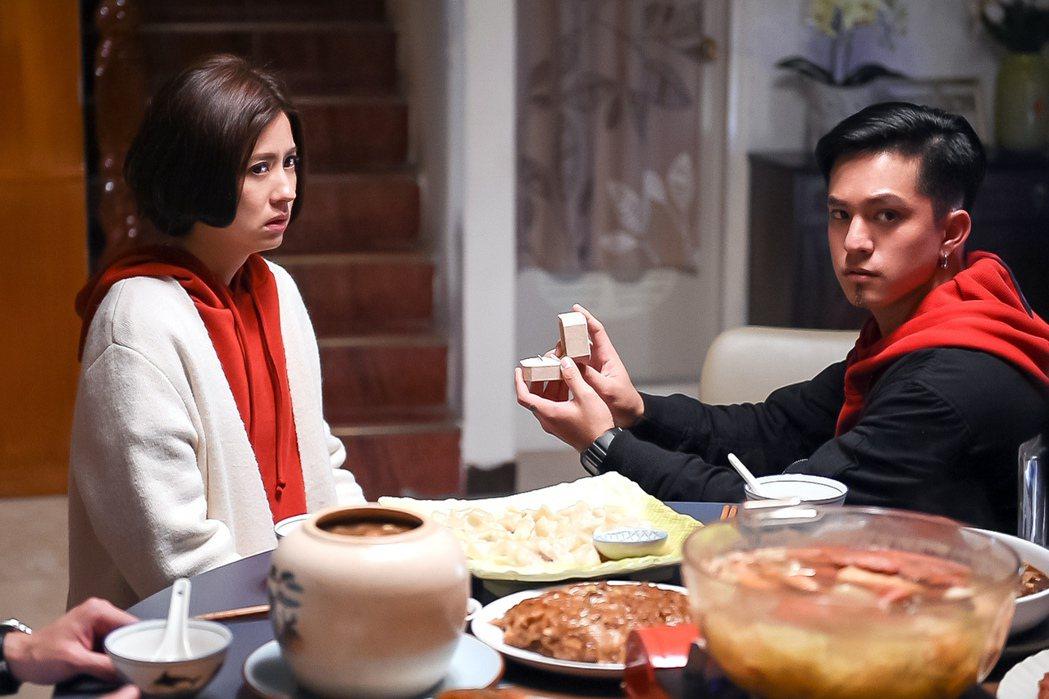 黃遠(右)劇中向林予晞求婚。圖/TVBS提供