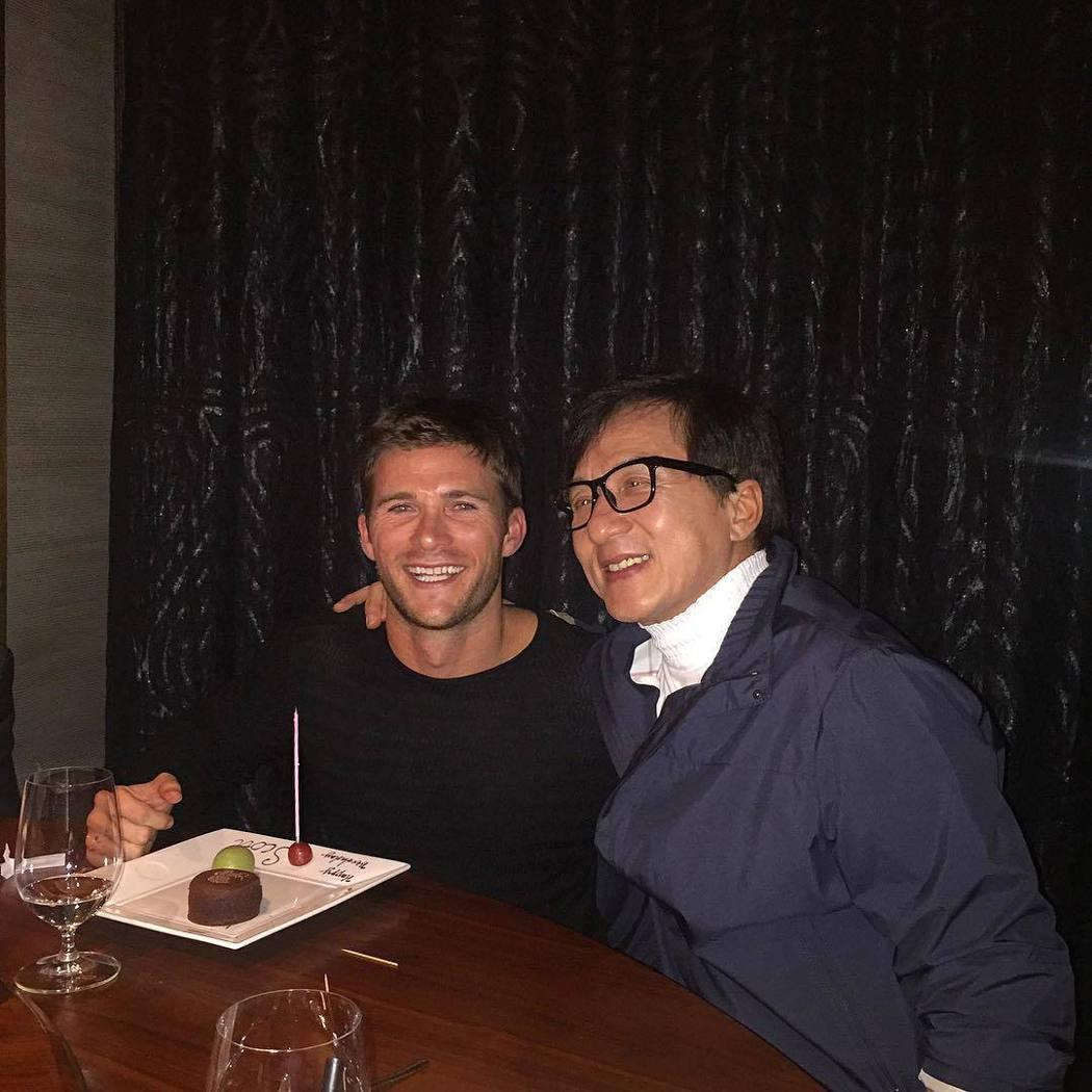 史考特伊斯威特相當開心與成龍共度生日。圖/摘自Instagram